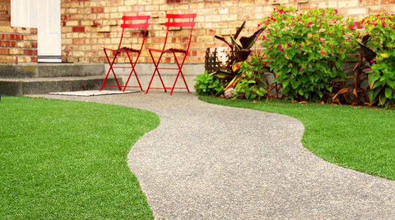 Posare un prato sintetico in giardino o in terrazzo